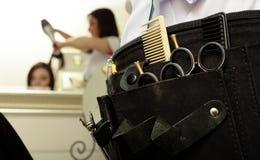 O equipamento profissional utiliza ferramentas o cabeleireiro dos acessórios no salão de beleza do cabelo Foto de Stock Royalty Free