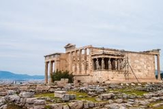 O Erechtheion ou o Erechtheum na acrópole em Atenas Grécia Imagem de Stock