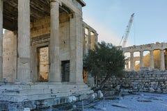 O Erechtheion um templo do grego clássico no lado norte da acrópole de Atenas Fotos de Stock Royalty Free