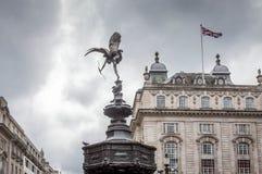 O Eros ama a estátua em Piccadilly Circus com a bandeira britânica dentro imagem de stock