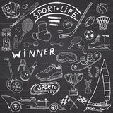 O esboço da vida do esporte rabisca elementos Grupo tirado mão com bastão de beisebol, luva, boliches, artigos do tênis do hóquei Imagens de Stock