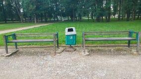 O escaninho de reciclagem assina dentro o parque Fotografia de Stock Royalty Free