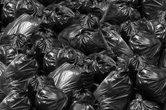 O escaninho do preto do saco de lixo do fundo, descarga de lixo, escaninho, lixo, lixo, desperdícios, sacos de plástico empilha a imagem de stock royalty free