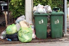 O escaninho, lixo é lotes da pilha despeja, o desperdício preto na vila da comunidade da passagem, poluição de muitos sacos de pl fotografia de stock royalty free
