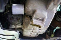 O escape de óleo do carro precisa de ser reparado fotos de stock