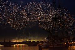 O escarlate das velas da celebração mostra durante o festival das noites brancas, Fotos de Stock Royalty Free