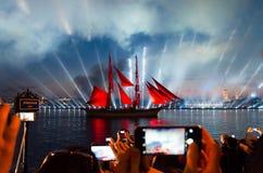 O escarlate navega o feriado para graduados da escola em St Petersburg Povos que tomam fotos do navio com velas vermelhas imagens de stock