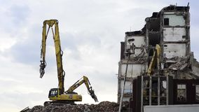 O escavador demole a construção vídeos de arquivo