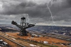 O escavador e o carvão marrom abrem - a mineração moldada foto de stock royalty free
