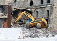 O escavador trouxe para baixo a construção Fotografia de Stock