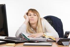 O escritório cansado um especialista a trabalhar com originais e quer ir em casa Fotos de Stock Royalty Free