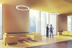 O escritório de área da espera, amarela sofás, canto, pessoa Fotografia de Stock Royalty Free