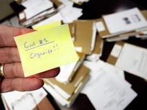 O escritório desarrumado com obtém a nota organizada imagem de stock
