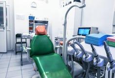O escritório do dentista, higiene oral, close-up dental dos instrumentos O escritório médico é equipado com uma poltrona e uma il imagem de stock