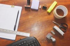 O escritório suply com tesouras do selo grampeia acessórios equipamento e fita da régua na vista superior fotografia de stock