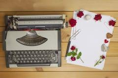O escritor escreve uma novela romance Uma carta de amor para o dia de Valentim Declaração do amor escrita no papel foto de stock