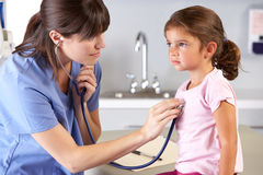 O Escritório da criança do doutor de visita paciente Imagens de Stock Royalty Free