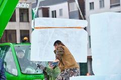 O escultor do gelo prepara cubos de gelo para a arte finala durante a competição fotos de stock royalty free