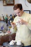 O escultor trabalha no fragmento do statuette. fotos de stock