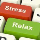 O esforço relaxa as chaves de computador que mostram a pressão de trabalho ou de Relaxatio Fotos de Stock