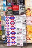 O esmalte do vintage assina em uma loja na estrada de Portobello, Londres, Reino Unido Foto de Stock