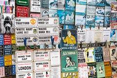 O esmalte do vintage assina em uma loja na estrada de Portobello, Londres, Reino Unido Fotos de Stock