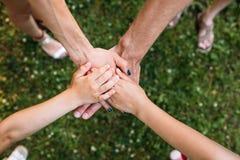O espírito de equipe da família protege o conceito da natureza imagem de stock