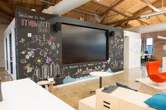 O espaço de escritórios aberto moderno na moda do sótão do conceito com janelas grandes, luz natural e uma disposição para incent imagens de stock royalty free