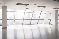 O espaço de escritórios vazio com grande janela imagens de stock