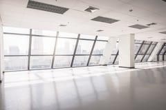 O espaço de escritórios vazio com grande janela foto de stock
