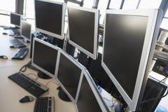 O espaço de escritórios vazio com muitos monitores Foto de Stock Royalty Free