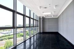 O espaço de escritórios vazio grande com parede da janela Iluminação clara do dia fotos de stock royalty free