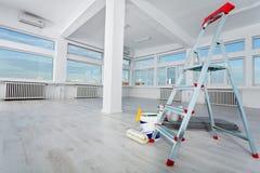 O espaço de escritórios vazio renovado
