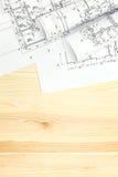 O espaço de trabalho do arquiteto com rolos e planos imagem de stock