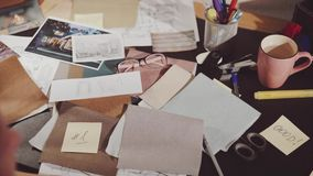 O espaço de trabalho do desenhista enumera amostras da tela da mobília futura filme