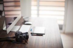 O espaço de trabalho do fotógrafo com bokeh fotografia de stock