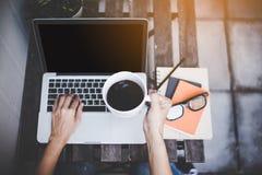 O espaço de trabalho que relaxa refrigera para fora o trabalho para o escritório e projeta o smartphone do portátil com café da m fotos de stock royalty free