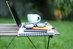 O espaço de trabalho que relaxa refrigera para fora o trabalho para o escritório e projeta o smartphone do portátil foto de stock