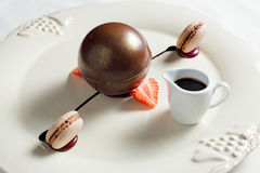 O espaço do chocolate escuro encheu-se com o biscoito da avelã fotos de stock