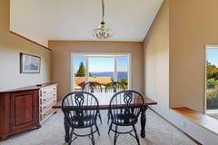 O espaço para refeições acolhedor com opinião cênico da janela Imagens de Stock Royalty Free