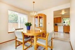 O espaço para refeições brilhante com mobília do bordo Imagem de Stock Royalty Free