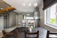 O espaço para refeições funcional aberto à cozinha imagens de stock royalty free