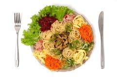 O espaguete com carne e vegetais isolou o prato do alimento Imagens de Stock
