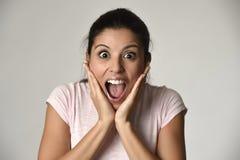 O espanhol bonito surpreendeu a mulher surpreendida em choque e na surpresa felizes e entusiasmado imagem de stock royalty free