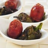 O espanhol fritou o chouriço e as pimentas de Padron servidos como tapas Imagens de Stock Royalty Free