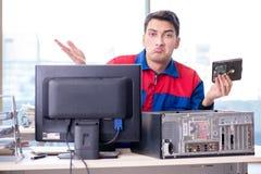 O especialista da restauração dos dados que repara o disco rígido corrompido Fotografia de Stock Royalty Free