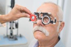 O especialista de olho determina os alunos dos olhos da distância ao paciente Imagens de Stock Royalty Free