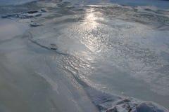 O espelho da água é coberto com o gelo do rio de Dnieper perto da ilha de Khortitsa no inverno gelado Cidade de Zaporozhye Ukra Imagens de Stock Royalty Free