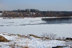 O espelho da água é coberto com o gelo do rio de Dnieper perto da ilha de Khortitsa no inverno gelado Cidade de Zaporozhye Ukra Fotos de Stock