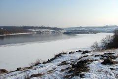 O espelho da água é coberto com o gelo do rio de Dnieper perto da ilha de Khortitsa no inverno gelado Cidade de Zaporozhye Ukra Imagem de Stock